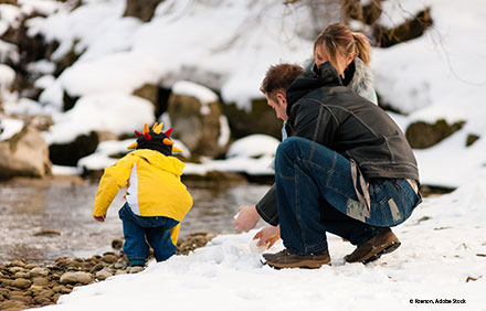 Familie im Winter © Kzenon, Adobe Stock